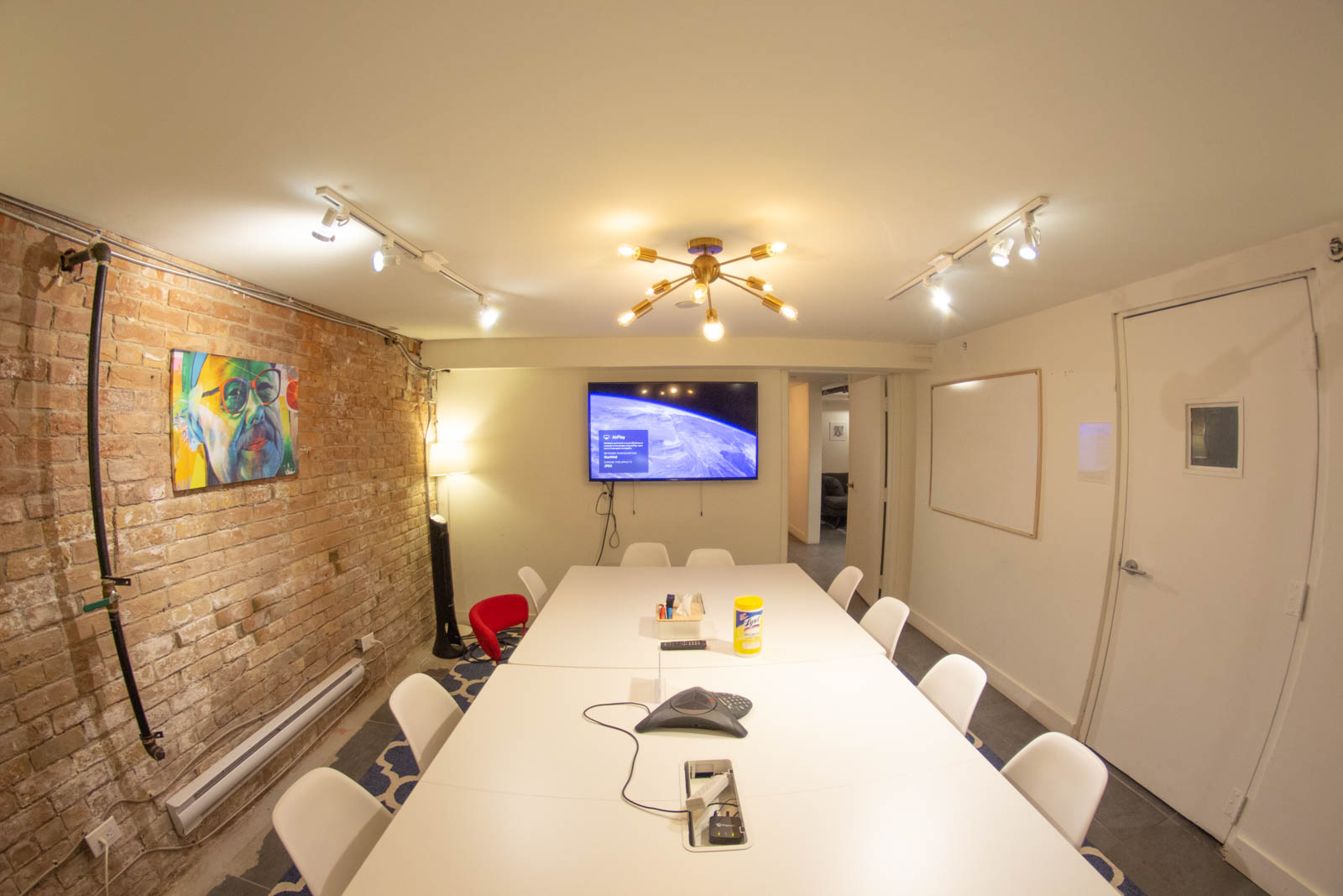"""""""JPEG"""" is a cosy, bright and artistic space for private meetings at StartWell"""